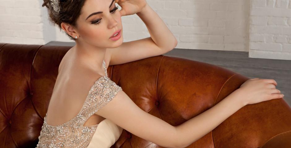 jak dobrać odcień sukni do skóry