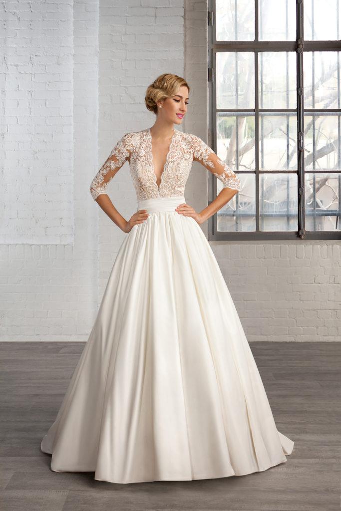 Modelka prezentuje suknię